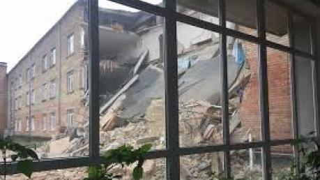 С территории обвалившейся школы в Василькове спасатели убрали более 570 м3 разрушенных конструкций