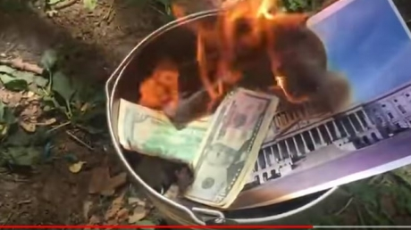 """""""Мы за рубли, кидайте свои деньги в огонь"""", - обезумевшие фанатки Путина сожгли в ведре пачку долларов - кадры"""