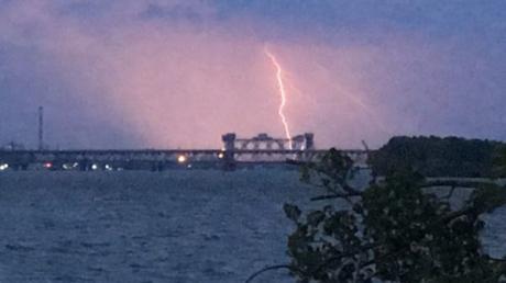 Мощная гроза с устрашающими молниями сотрясает Днепр: появились первые кадры бушующей стихии