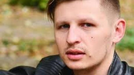 Украинский рок-певец рухнул под сцену прямо во время выступления - видео