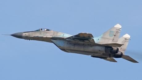 """Военный самолет """"МиГ-29"""" рухнул в Подмосковье: удалось ли выжить пилотам на спецзадании во время пожара - СМИ"""