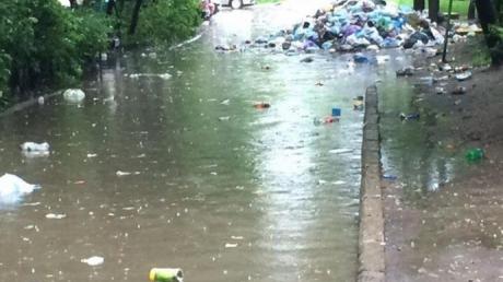 Улицы Львова превратились в мусорные реки: очевидцы выложили в Сеть кадры последствий мусорного коллапса в городе
