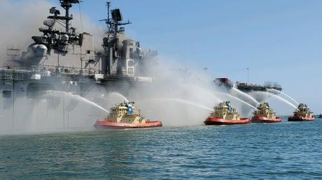 В США взорвался военный корабль USS Bonhomme Richard со 160 бойцами ВМС - есть пострадавшие