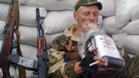 В Донбассе террористы умирают и без боя: из-за алкоголя, наркотиков и беспредела на дорогах ряды боевиков поредели