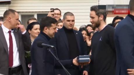 """""""У меня таких нет"""", - Зеленский в Новых Санжарах сделал подарок эвакуированному из Ухани"""