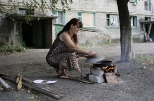 Луганск, обстрел, жители, хлеб, еда, костер