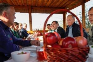 новости, Путин, Медведев, Ставропольский край, обед, колхозники, яблоки, яблоневые сады, соцсети, фото, кадры