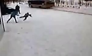Лабытнаги, ЯНАО, торговый центр, женщина, бьет ногами ребенка, карточка, пособие, происшествие, видео
