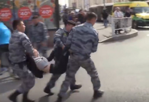 Видео, Казахстан, Силовики, Соцсети, Женщина, Мать, Девочка, Ребенок, Задержание, Митинг
