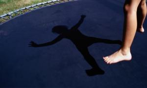 новости сегодня: Украина, ukraine, Новости Мелитополя,Происшествия,Новости Запорожья,Общество,Новости Украины,Видео , последние новости, Опасное развлечение: в Мелитополе 8-летняя девочка сильно травмировалась, прыгая на батуте, - кадры
