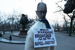 одесситы повесили чучело Яценюка, продажа Украины в рабство МВФ, правоохранители, хулиганство