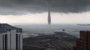 новости, Нибиру, вторжение, Земля, предвестник, конец света, Сингапур, водяной столб, столб с небе, видео