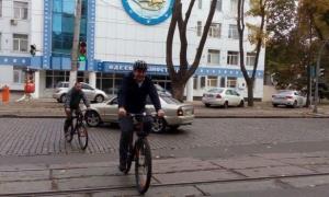местные выборы в украине, одесса, саакашвили приехал голосовать на велосипеде