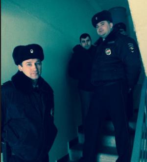 навальный, милиционеры, подъезд