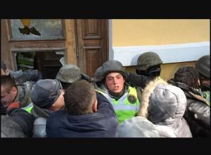 октябрьский дворец, киев, новости киева, полиция, полиция киева, саакашвли, захват октябрьского дворца, майдан, евромайдан, революция, штурм октябрьского дворца
