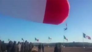 солдат, флаг, улетел, видео, новости, происшествия, мексика, праздник