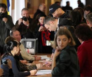 Голые девушки на избирательном участке фото