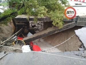 Украина, Киев, непогода, ливни, рухнул мост, общество, кадры, видео, фото, подробности