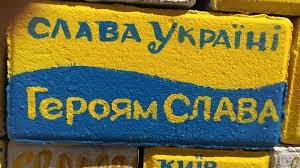 слава украине, героям слава, футболка, фото, метро, токио, соцсети, дети