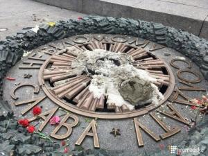 киев, вечный огонь. цемент, осквернение, мид россии, мид рф, сергей лавров