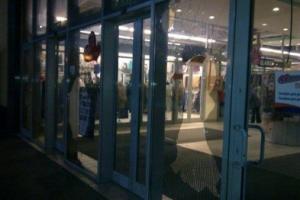 торговый центр ВАМ, разбиты стекла, Варта-1, хулиганство, АвтоМайдан