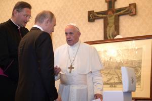 папа римский, путин, подарок, медаль, скандал, соцсети, кадыров