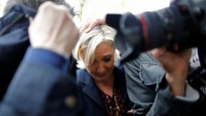 франция, скандалы, политика, выборы, марин ле пен, забросали яйцами, происшествия