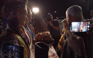 новости, Киев, аэропорт, Беньямин Нетаньяху, жена, супруга, Сара Нетаньяху, хлеб, бросает, кидает, видео, скандал, Зеленский