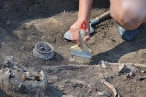 Италия, скелет, останки, скелет с ампутированной рукой, нож вместо руки, новости науки, археология, кадры, фото