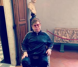 Элтон Джон, певец, артист, здоровье, инвалидная коляска