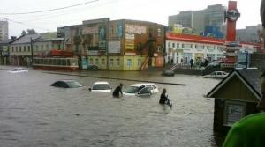 курск, потоп, ливень, люди переплывают улицы