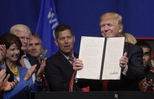 Америка, США, экономика, рабочая сила, мигранты, иностранцы, квалификация, компании, импорт, государственные закупки, указ, подписание, Белый дом, предвыборные обещания