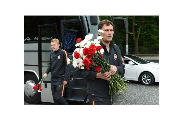 ВоЛьвове «Шахтер» вполном составе цветами почтил память победителей над нацизмом