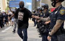 """Протесты в США: у одного из полицейских обнаружилась татуировка c надписью """"Россия"""""""