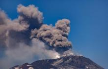 На Сицилии началось извержение вулкана Этна: опубликованы завораживающие кадры буйства огненной стихии