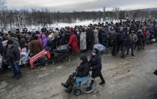 Одно фото с Донбасса показало итог оккупации РФ: сначала не пускали ВСУ, а теперь стоят в очередях и идут в Украину