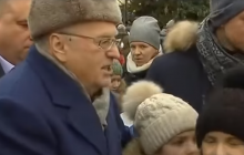 """Жириновский, крича: """"Крепостные, инвалиды, подходи"""", - раздал деньги людям в Москве  - видео"""