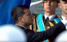Зеленский поднял Государственный флаг вместе с военными: видео