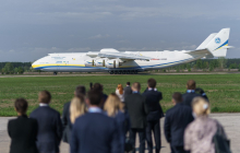 """В Украину прилетел самолет АН-225 """"Мрия"""" с очередным грузом из Китая: озвучена стоимость """"гуманитарки"""""""