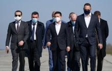 """Фото дня: Зеленский и его окружение встречают самолет """"Мрию"""" с грузом из Китая"""