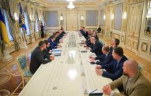 Коломойский и Ахметов сидели рядом напротив Зеленского: в СМИ попали подробности экстренной встречи в ОП