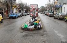 Оккупированная Керчь превратилась в гигантский мусорник: горы мусора по всему городу - отвратительные фото