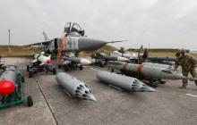"""ВСУ внезапно подняли в воздух боевую авиацию: Су-24М нанесли мощный залп ракетами """"Х-29"""" - видео"""