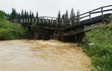 В России обрушилось сразу два автомобильных моста: мощное наводнение смывает опоры, фото