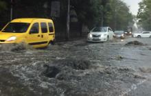 """Одесса """"поплыла"""" после мощного ливня: заблокированы дороги, рынки, повалены деревья"""
