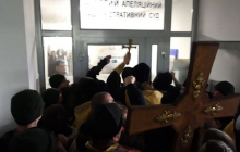 Сторонники Филарета устроили штурм суда в Киеве: видео драки - полиция применила газ