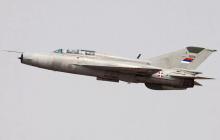 """Истребитель """"МиГ-21"""" рухнул посреди двора в Сербии: детали происшествия"""