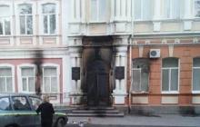 Появились первые фото с места пожара в горсовете Мелитополя: нападение совершили несколько человек, забросав здание бутылками с горючей жидкостью
