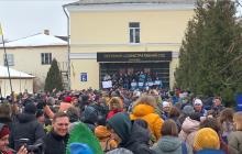"""Митинг в поддержку Супрун возле суда в Киеве: Мосийчука встречала криками """"Позор"""" огромная толпа людей - кадры"""