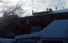 На Донбассе продолжают массово обваливаться крыши: в Сети показали фотографии ЧП